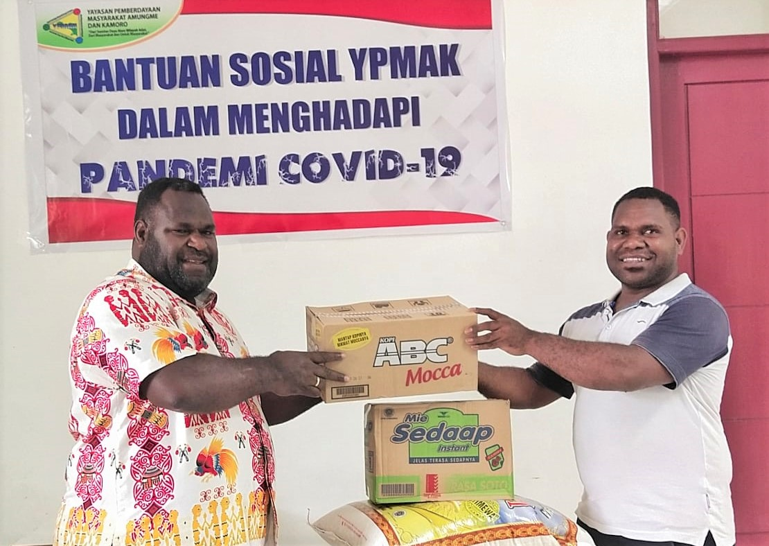 Direktur YPMAK, Vebian Magal serahkan bantuan ke 7 suku secara simbolis